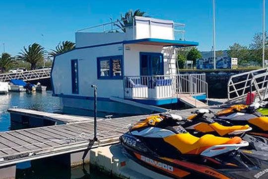 Disfruta de una experiencia exclusiva: Noche en una coqueta casa barco en Santander ¡Para 2 o 4 personas!