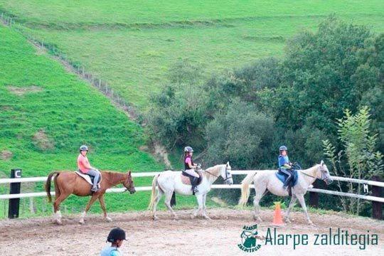 Alarpe Zalditegia te presenta sus campamentos de verano diurnos o internos ¡En el entorno privilegiado de la Sierra de Aralar!