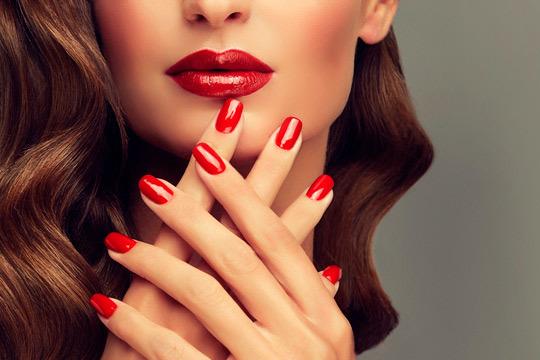 Presume de unas uñas bonitas y pintadas con los colores de moda gracias a esta manicura completa con esmalte Shellac ¡En la Clínica Estética Avelina del Pozo!